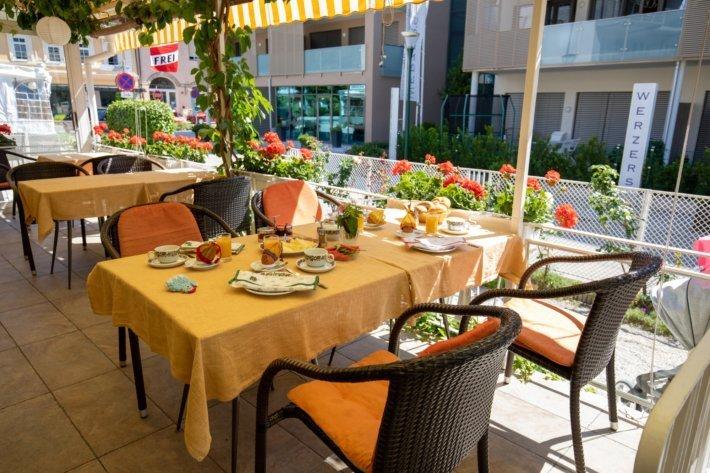 Frühstück auf der Terrasse in der Pension Ria