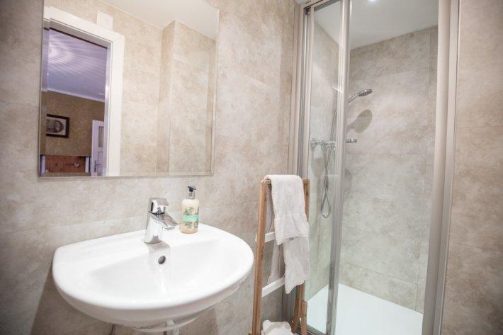 Zimmer Nummer 2 verfügt über privates WC und Dusche.