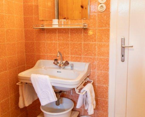Die Zimmer im Keller verfügen über Waschgelegenheiten.